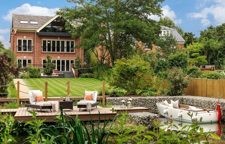 2FD0732000000578-3385399-Alderbrook_House_in_Surrey_s_plush_St_George_s_Hill_estate_has_r-a-41_1452010834592